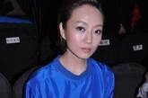 北京电视台当家主持人索妮也亮相秀场,宝蓝色衬衣+黑色高腰裙,显得她干净利落,颇有OL风范。