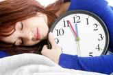 """6、睡醒后赖床3分钟。  统计数据显示,在中风和猝死病例中,近25%的人是在清晨起床发病的,这个时段因此被称为一天中的""""魔鬼时间""""。孙宁玲建议有高血压、心脏病的中老年人,睡醒后不要急于起身,应先在床上闭目养神3分钟再起床。身体可保持原来的姿势,并适当活动一下四肢和头颈部,这样血压不会有太大波动。"""