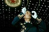 红军时期战斗中失去左臂的彭绍辉上将为了掌握从后半拍起的节奏,反复研究,用右手拍着肋骨,利用气息的自然反应,终于熟练地掌握了这种唱法;李志民上将把观摩歌舞晚会和音乐会当成学习机会,细致地揣摩每个指挥动作。