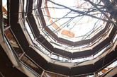 """位于智利南部洛斯里奥斯大区卉洛卉洛生态保护区的巴奥巴布""""神奇树屋""""酒店,有55个房间和一个容纳200人的会议中心,游泳池、桑拿房一应俱全。除中央支柱是钢材,其他材料皆就地取材用林木建成。神奇树屋隐没密林间,乍一看犹如进入童话世界。图为""""神奇树屋""""酒店的内部天井。(摄于2011年12月27日) 新华社记者叶书宏摄"""