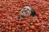 番茄浴 美国佛罗里达州最近十分盛行番茄浴。番茄富含维生素、磷、纤维素等营养物质,因而当地居民认为番茄具有细嫩、红润肌肤的功效,他们常常定期浸泡番茄浴,其方法是将番茄汁加入少量酒精、硼酸搅拌均匀后倒入水温适宜的浴池中即可。番茄浴的推荐浸泡时间为25分钟。