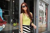 条纹造型的半身裙一定能第一时间抓住路人目光,搭配清新的浅黄色砍袖背心整体造型很干净简约,直筒裙显瘦效果很赞,结合向下的螺旋条纹也让这款搭配富有动感。