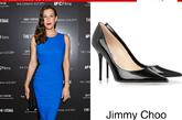 蓝色Stella McCartney的连衣裙在腰部处的黑色细节将穿着者的曲线勾勒的格外迷人。配上黑色尖头鞋显的女人味十足。