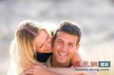 轻抚丈夫的头发,在他耳边低声细语;让你俩的膝头不时触碰。或从侧面靠近他,胸部轻轻触到他的上臂,手指滑过他的后颈。这些动作都能帮助女性,牢牢抓住丈夫的心。