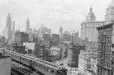第三大道的高架列车驶过,背景上可以看见市政厅。
