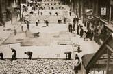 1930年10月2日,工人在曼哈顿铺路。