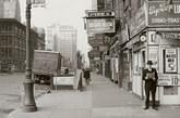 1940年5月18日,街头一名男子正在阅读报纸,标题上写道:纳粹军队现在距巴黎仅75英里。