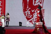 """范冰冰参加戛纳电影节時所穿的""""鹤袍""""在现场拍出100万元"""