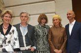 """当地时间2012年5月7日,美国纽约,2012纽约大都会博物馆时装庆典即将拉开帷幕,Schiaparelli & Prada纪念展会预览亮相。现场还有安娜-温图尔(Anna Wintour)、策展人Andrew Bolton和Harold Koda。在《红磨坊》导演Baz Luhrmann为这次名为""""不可能对话""""展览拍摄了一系列短片假想两位设计师的对话。展览6月10日正式开幕。"""