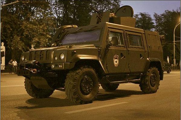 俄军装备的意大利imv机动车参加阅兵彩排