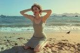 Laura在海边拍摄致敬梦露的大片。