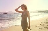 Laura在海边漫步。