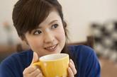 空腹喝牛奶:  有人喜欢清晨空腹喝杯牛奶就当早餐了,殊不知这种做法很不好。食物经过了一晚上的消化吸收,胃肠道里几乎空空的了,如果早晨起来空肚子喝牛奶,就使牛奶还未等被机体充分的吸收,就顺着空空的胃肠道排了出去,造成营养的极大浪费。所以喝牛奶时最好吃些饼干、面包或花卷、馒头之类的碳水化合物,千万不要空腹喝牛奶。