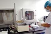 """资料图:工作人员正在溶解精子,以确定精子合格,左边为""""取精室"""""""