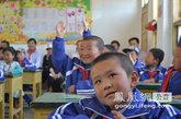 孩子们对志愿者的授课很有兴趣
