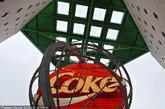 佐治亚州亚特兰大的可口可乐新世界。可口可乐新世界位于亚特兰大市中心的彭伯顿广场(Pemberton Place),该地名取自可口可乐发明人约翰?彭伯顿(John S. Pemberton)。在平均90分钟的游览中,游客可以探索这个世界最着名品牌的历史,品尝全球60多种不同的可口可乐产品,并可购买可口可乐纪念品。