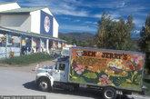 """佛蒙特州瓦特伯瑞(Waterbury)的""""班杰瑞""""(Ben&Jerry)冰淇淋工厂。在进入冰淇淋制作房间前,首先要观看30分钟有关""""班杰瑞""""公司历史的电影。自5月至10月,游客还可参观冰激凌口味墓园,向花生酱、果酱和紫色百香果等被淘汰的口味致敬。"""