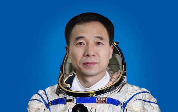 中国航天员景海鹏。景海鹏,男,汉族,山西省运城市人,中共党员,硕士学位。1966年10月出生,1985年6月入伍,1987年9月入党,现为中国人民解放军航天员大队特级航天员,大校军衔。…