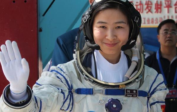 神九乘组航天员刘洋在发射场参加联合演练(6月12日摄)。 新华社记者王建民摄 …