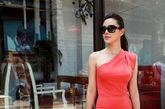 在红毯上的关悦有着让人过目不忘的时尚面孔,而生活中的她对于时尚的理解以及穿衣之道也有着自己独特的一套。近日,关悦在北京798艺术区为某卫视录制一档时尚节目,并拍摄了一组街拍写真。拍摄当天,关悦身穿高街品牌橘色斜肩小礼裙,撞色搭配宝蓝色名牌手拎包和地中海蓝指甲油,优雅之中充满时尚感。之后换装白色蕾丝镂空连衣裙,清爽之中透出清新小可爱,关悦再度演绎简单优雅的穿衣之道。