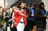 穿着红色夹克,白色T恤、白色长裤的个性女孩。