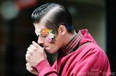就连男人们也把花朵装饰在脸上。