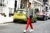 军旅风夹克搭配红色长裤、白色休闲鞋,分外时髦。