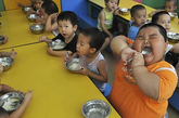 豪仔的胃口特别好,吃什么都津津有味。他在幼儿园里吃完了两碗饭,还情不自禁地舔饭勺。