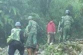 2004年我国的云南边境再一次破获了一起特大的跨国武装贩毒案,贩毒分子手里拿着9公斤的毒品,利用手中的武器,杀害了公安人员之后藏匿在一片方圆八百公里的山林之中。(图片来源:资料图)图为我国缉毒人员围捕行动贩毒分子。