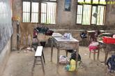 乌石小学学生上课的教室,墙上和桌椅都已经剥落霉变。