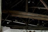 年久失修的教室里没有电灯,长期受潮造成四处霉变。