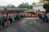 尽管一再叮嘱,但是为了迎接志愿者的到来,孩子们还是夹道欢迎,令大家既动容又惭愧。