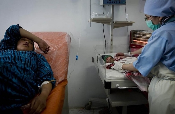 接生步骤一位阿富汗助产士实录工作广告牌制作方法婴儿图片