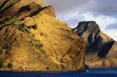 智利鲁宾逊岛,文学史上最著名的孤独者是鲁滨逊,在离南美洲海岸670公里的地方有一个孤独的岛和他同名,这就是鲁滨逊岛。1704年,苏格兰水手亚历山大·塞尔扣克在和船长发生争执之后,被迫留在了这个岛上,他独自一人在岛上生活了4年。丹尼尔·笛福是受到亚历山大·塞尔扣克经历的启发写了《鲁滨逊漂流记》。如今,因为鲁滨逊岛非常的偏僻,有大约500人居住在这里。很少会有人到达此处,每年来的游客不到100人。