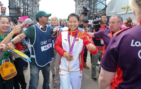 北京时间2012年7月28日,中国射击队选手易思玲夺得奥运会首金,被众多媒体追捧。…