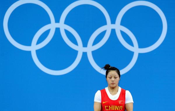 北京时间7月29日,在2012年伦敦奥运会举重女子53公斤级的比赛中,中国选手周俊在抓举比赛中三次试举失败,无缘奖牌。赛前准备。…