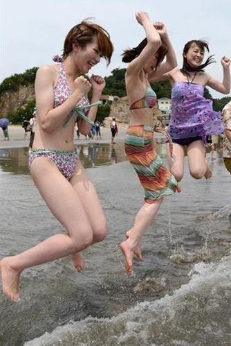 福岛海水浴场 美女火辣比基尼引男人泼水