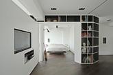 这一台湾公寓近期极简主义且富有创意的整体翻新很难以让人看后不对此印象深刻,利用简单的黑白色经典搭配,加上深色地板给予的提升,让这一空间更添优雅气质。你也像我们一样找到了这间公寓的迷人之处么?