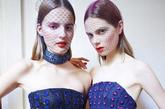 """从Dior迪奥先生的建筑幻想中汲取灵感,拉夫•西蒙(Raf Simons)的作品充满流畅的线条。贴身腰部和夸张胯部设计,搭配闪耀迷人的色彩,完美演绎着""""New Look 新风貌""""风格的迷人曲线。摩登花漾女郎,身穿优雅的黑色烟筒裤,彻底颠覆时尚传统。"""