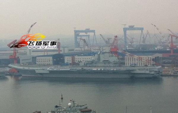 2012年9月23日下午16时许,中国第一艘航母平台16号舰在大连举行交船仪式,16号舰与相邻停泊的88号舰全部挂满旗。16点40分,16号舰舰桥桅杆升起五星红旗,舰首升起八一军旗,舰…