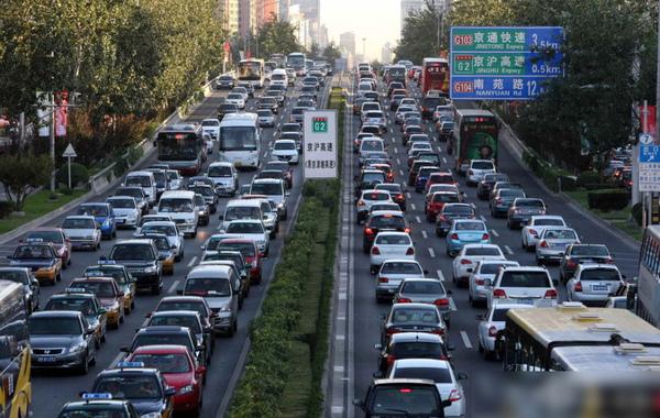 八天的中秋国庆假期9月30日开始,内地高速公路从30日凌晨开始对私家车实施免费通行政策。媒体形容这项举措是对高速公路网的一次大考。图为9月30日,北京城区高速公路车行十分缓慢。…