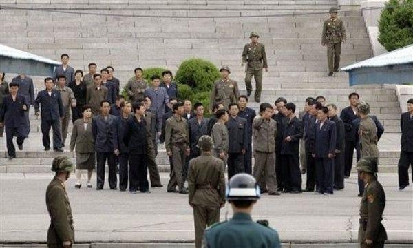 朝鲜驻三八线军人配发迷彩头盔[图集]
