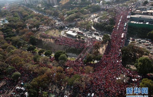 3月6日,在委内瑞拉首都加拉加斯,查韦斯的灵柩运往军事学院的途中聚集了大批民众。当日,查韦斯的灵柩从加拉加斯的军事医院运往军事学院,并将在那里举行为期3天的遗体哀悼仪式。 新华社/委内…
