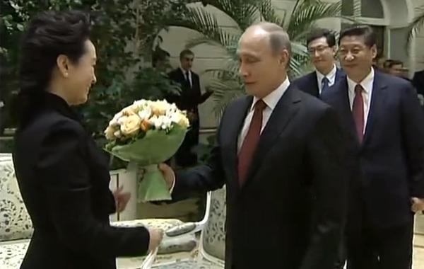 """3月22日,""""俄罗斯中国旅游年""""开幕式前,普京和习近平夫人彭丽媛进行了亲切交谈,并向其献花。…"""