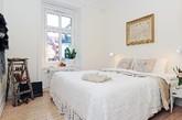 这间明亮的公寓位于瑞典哥德堡,面积87平方米。该居室由三间房,即厨房,浴室和露台构成,核心宽敞的客厅。墙壁的两幅黑白照片,同一色调的自行车,以及各式装饰,让这个家个性十足。(实习编辑卢雪花)