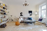 这间明亮的公寓位于瑞典哥德堡,面积87平方米。该居室由三间房,即厨房,浴室和露台构成,核心宽敞的客厅。墙壁的两幅黑白照片,同一色调的自行车,以及各式装饰,简洁又现个性。这间公寓设计可谓是北欧家居范的经典。(实习编辑卢雪花)