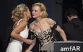 戛纳抗艾滋晚宴众星云集 基德曼与莎朗贴面吻