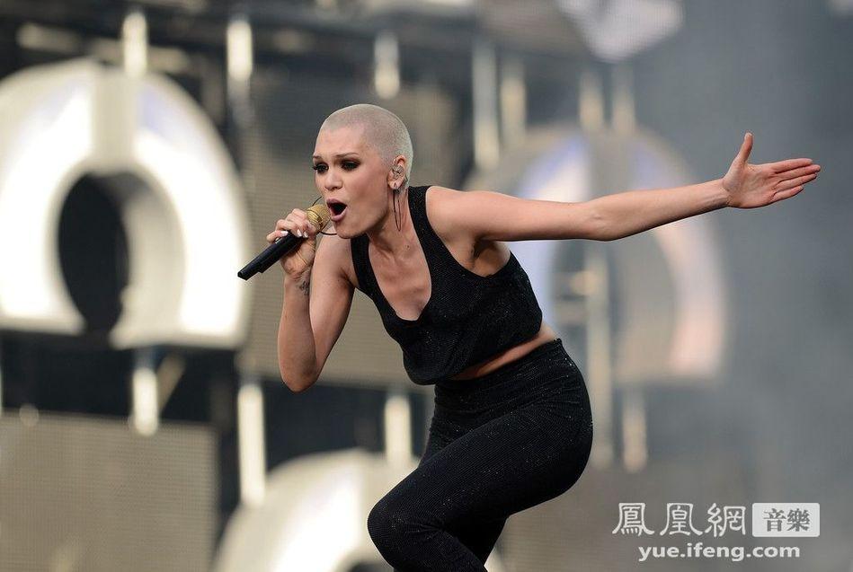 )演唱会.杰西-J(Jessie J)光头抢镜秀乳沟,当众叉腿姿势大胆.-图片