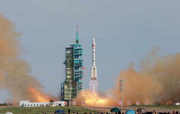 运载火箭搭载着神舟十号飞船和3名航天员,从酒泉卫星发射中心起图片