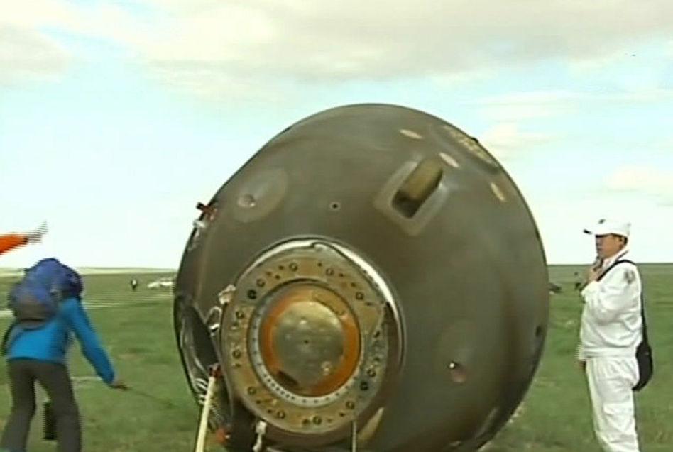 神十返回舱在内蒙古着陆场成功着陆 三名航天员出舱【组图】 - 春华秋实 - 开心快乐每一天--春华秋实